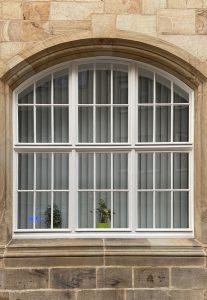 Lamellenvorhang Stichbogenfenster